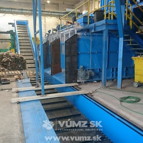 Chain conveyor for plastic waste